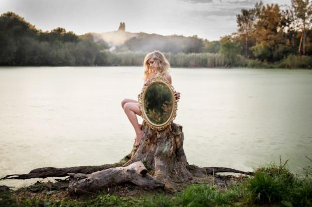 İnsanın Sırrı Döküldükçe Ayna Cama Döner