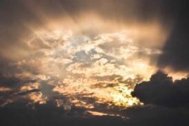 Güneşin tozları üzerimize düştüğünde kalkacaktır perdeler!