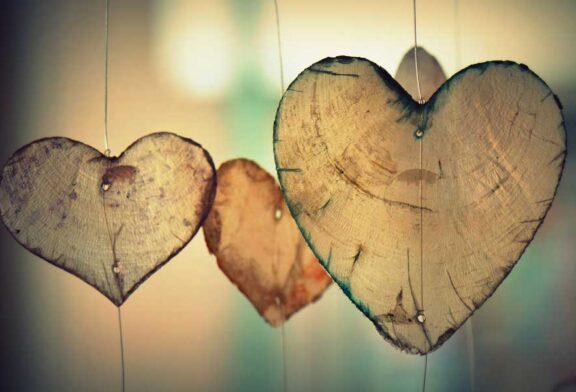 İnsan sevmekten de sevilmekten de korkar