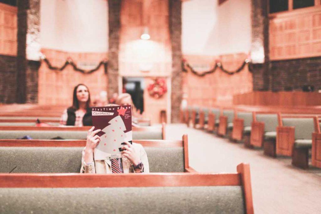 İbadet Yerine Kitap Okuyanlar