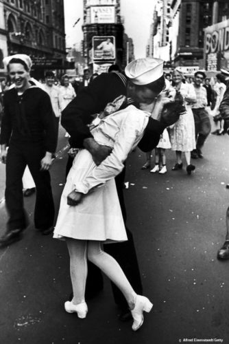 vj-day-kiss-famous-kisses